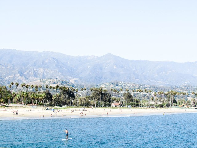 santabarbara-usa-westcoast-beach-mountains-surfers